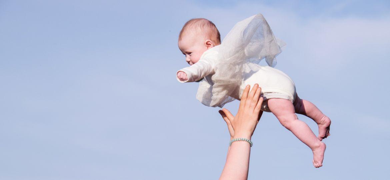 ¿Es prudente lanzar un bebé al aire?